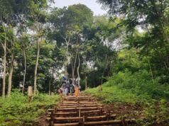 Mendaki ratusan tangga menuju puncak gunung bohong