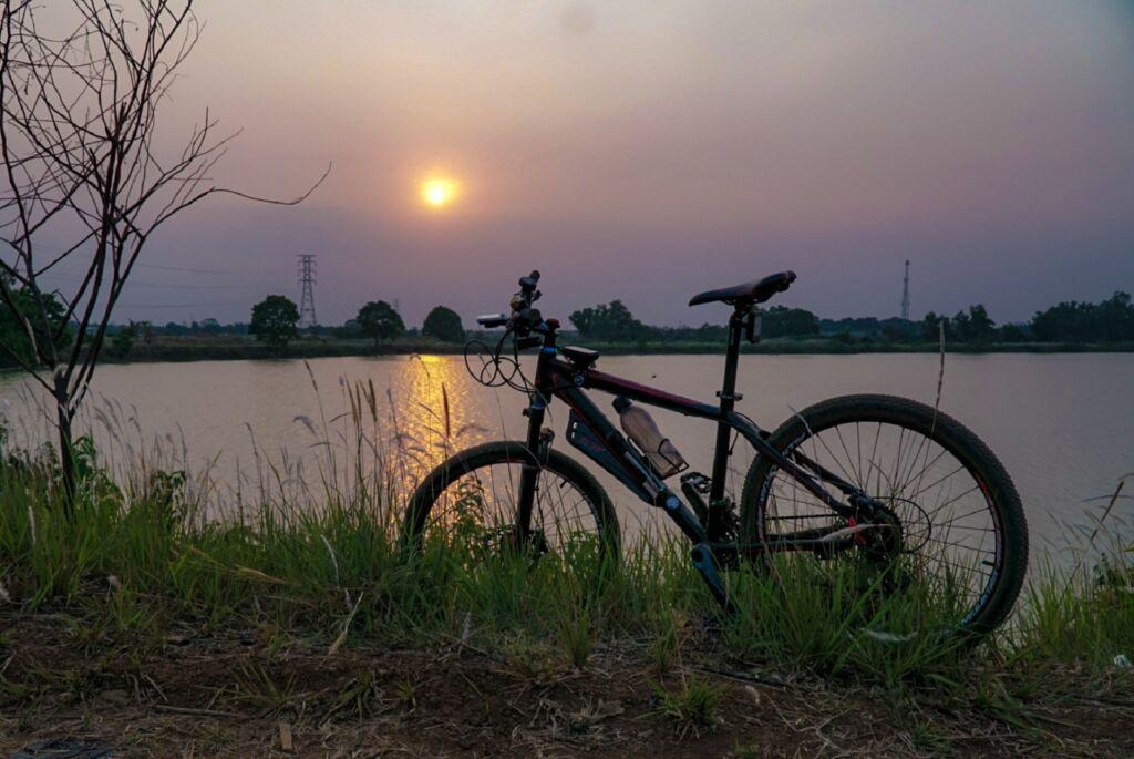 Senja Indah di Tepi Danau