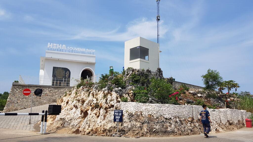 Toko Suvenir dengan bentuk bangunan unik