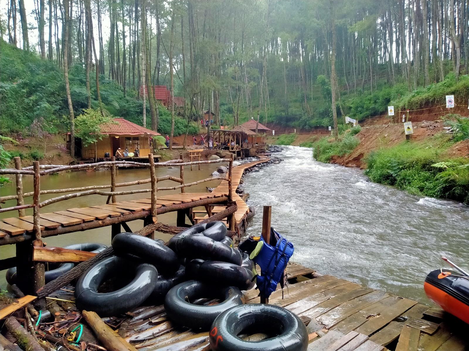 Pelampung river tubing