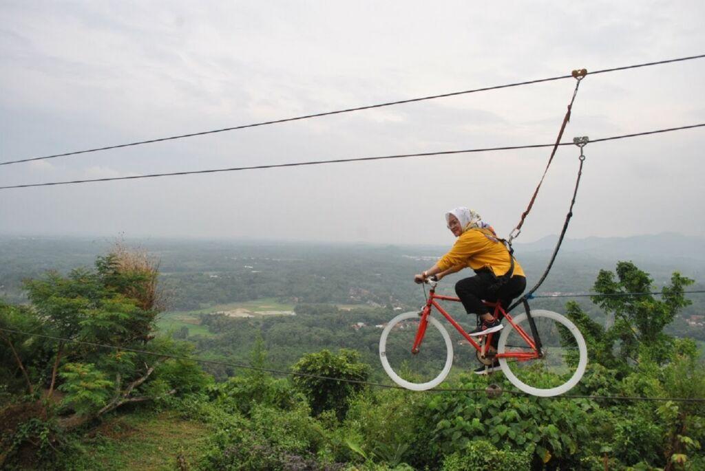 Wahana Sepeda Gantung Pemacu Adrenalin
