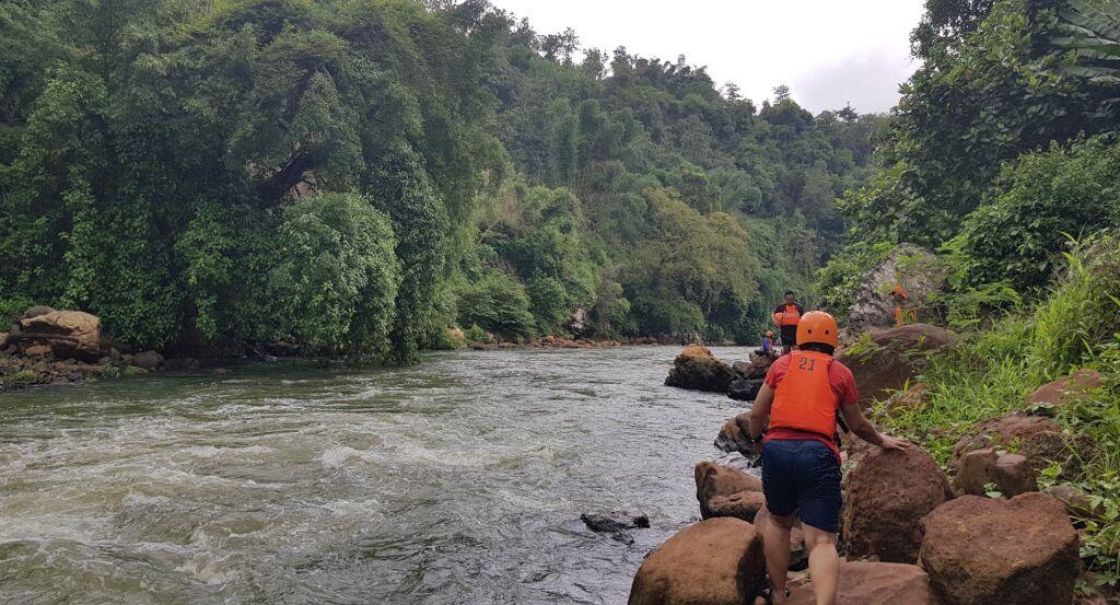 Wisatawan Siap untuk River Tubing