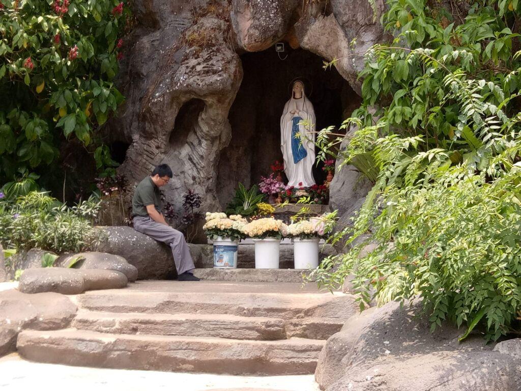 Pengunjung berdo'a di Goa Maria Lembah Karmel