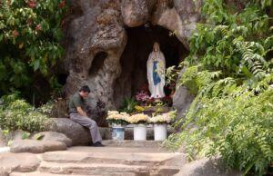 Pengunjung berdo'a di Goa Maria