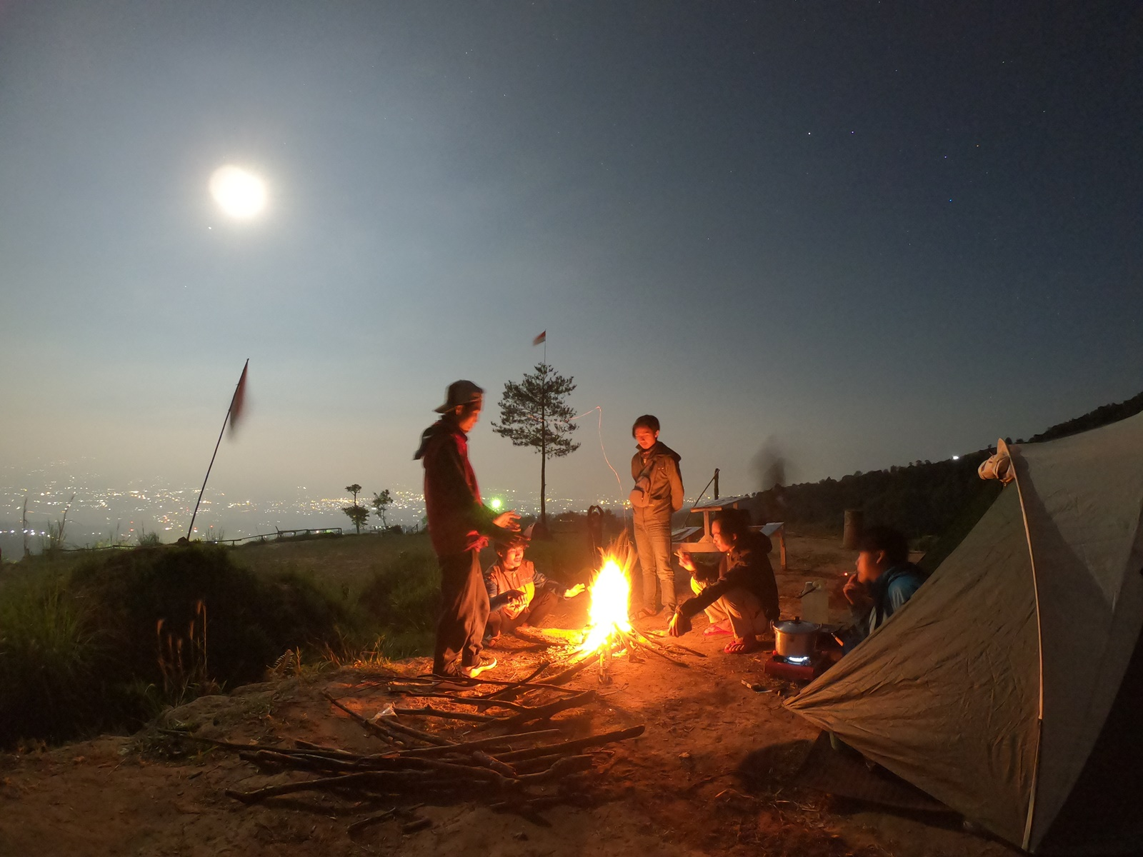 Mengelilingi api unggun
