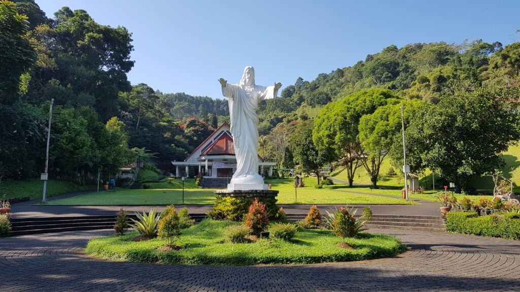 Patung Yesus memberkati di Lembah Karmel
