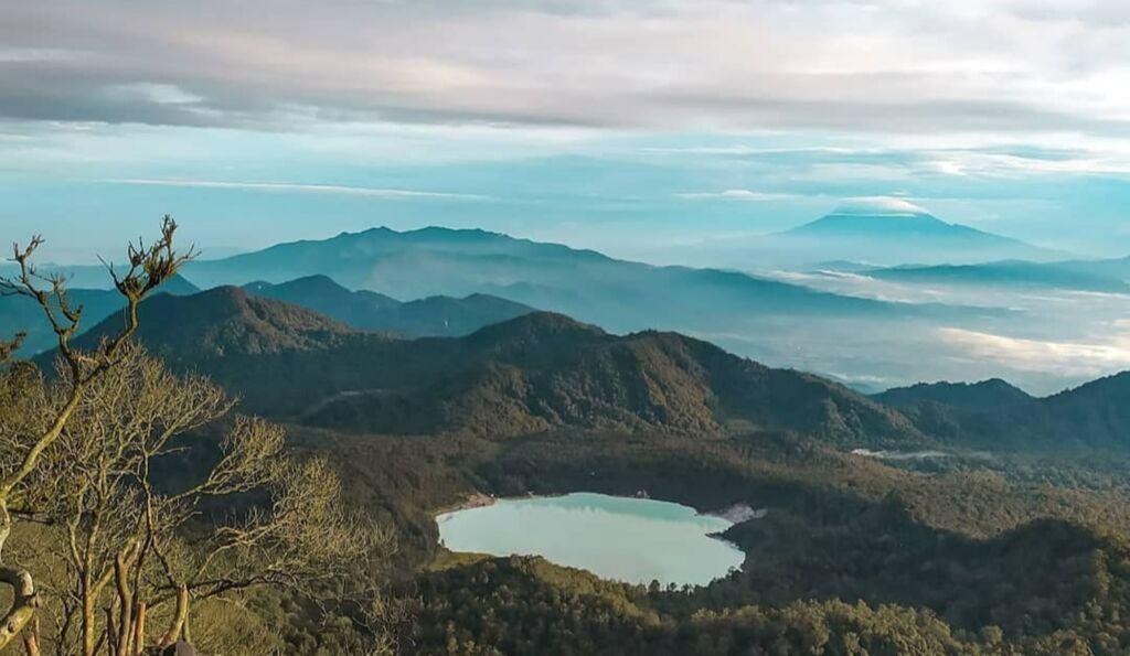 Lanskap pegunungan dan telaga bodas dari Gunung Sagara Garut