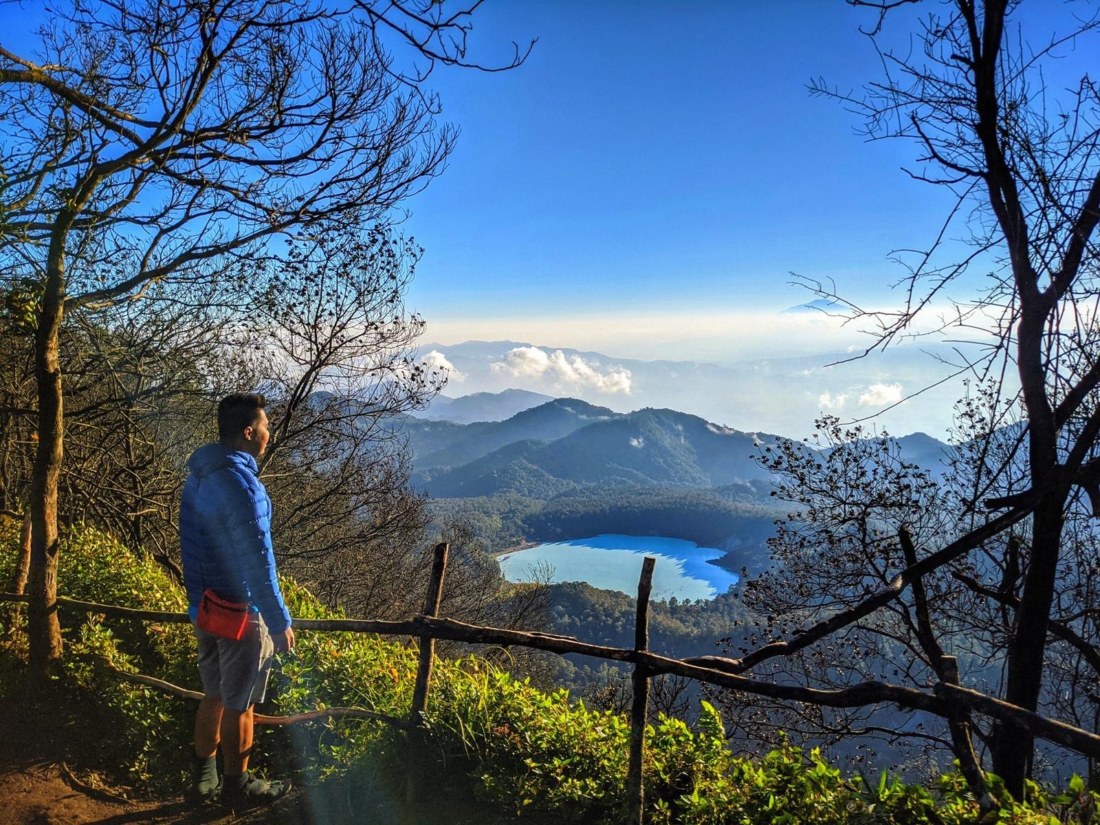 Menikmati panorama dari puncak Gunung Sagara