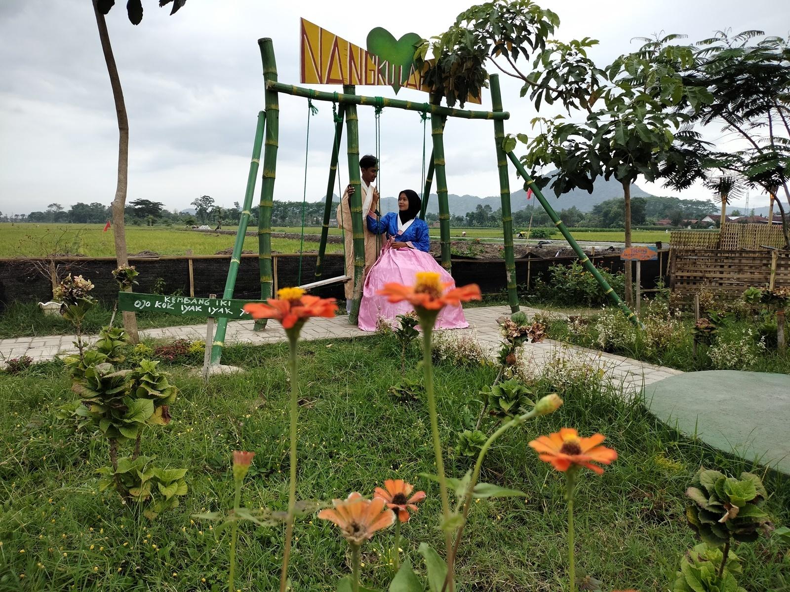 Berfoto bersama pasangan di spot foto ayunan di Nangkula Park